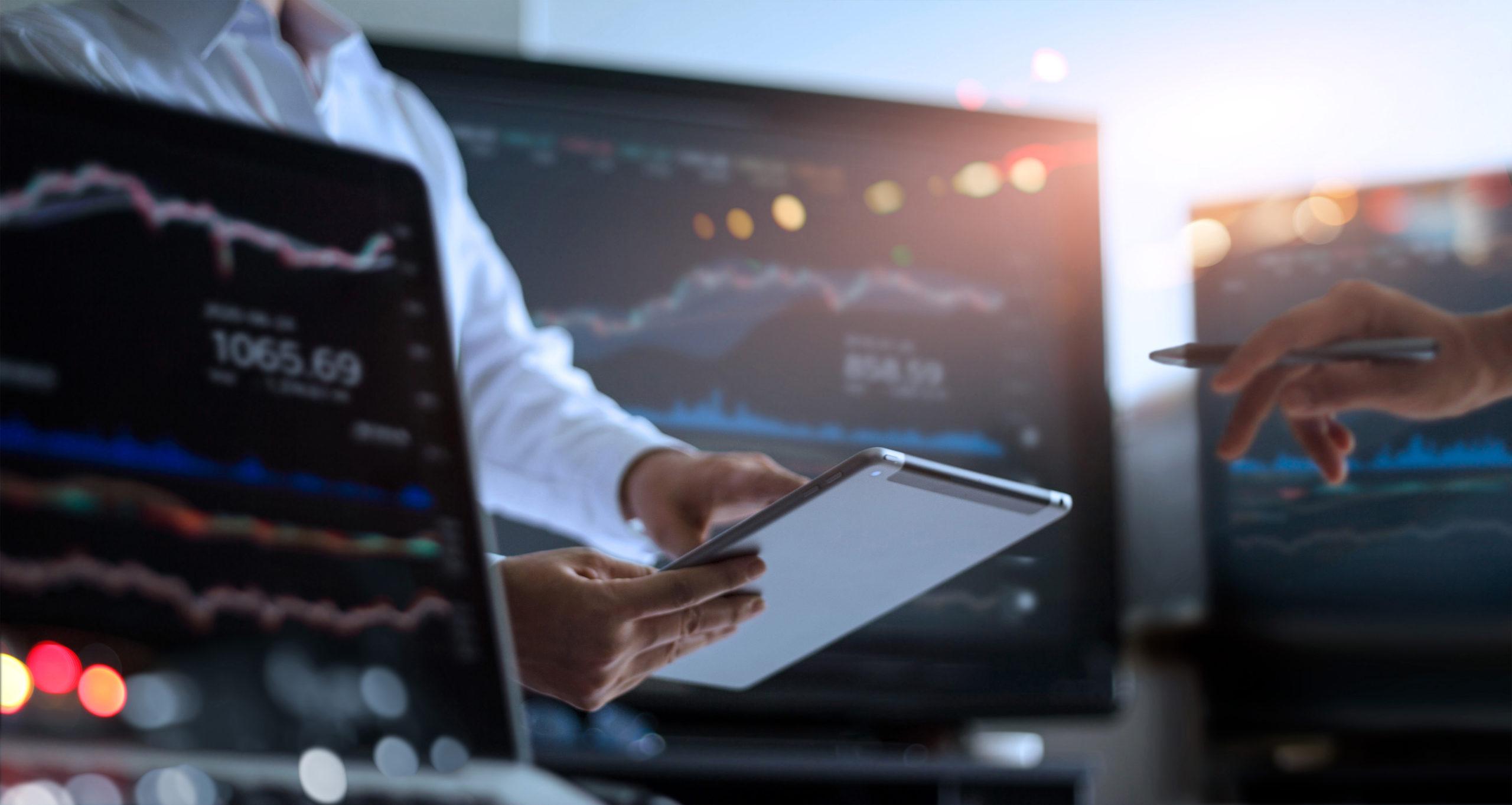 pantallas con gráficos finanzas