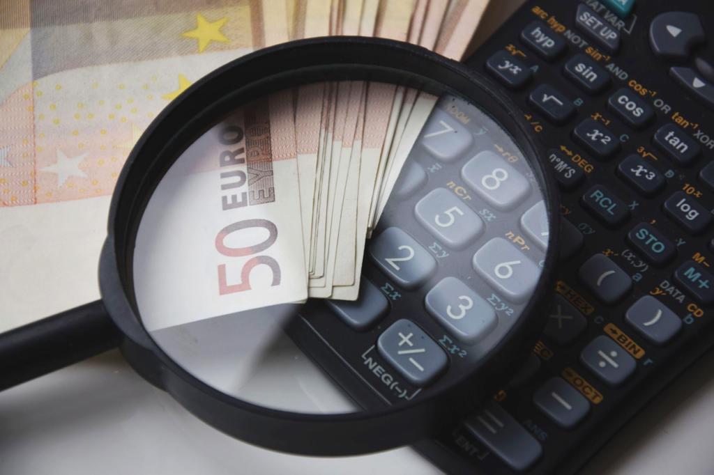 lupa, dinero, calculadora